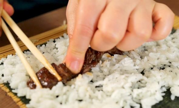 gimbap putbeef 590x357 - آموزش پخت غذای کره ای کیمباپ (سوشی کره ای)
