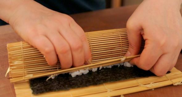 gimbap roling1 590x315 - آموزش پخت غذای کره ای کیمباپ (سوشی کره ای)