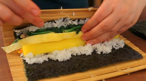 gimbap rolling0 590x330 - آموزش پخت غذای کره ای کیمباپ (سوشی کره ای)