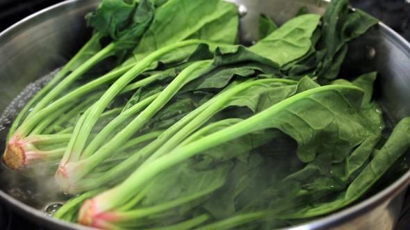 gimbap spinachblanching 590x331 - آموزش پخت غذای کره ای کیمباپ (سوشی کره ای)